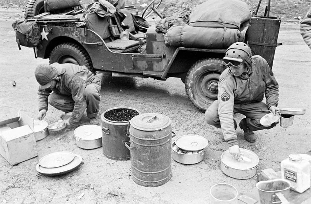 Soldiers dine from a Marmite in World War II. (Source: Public Domain)