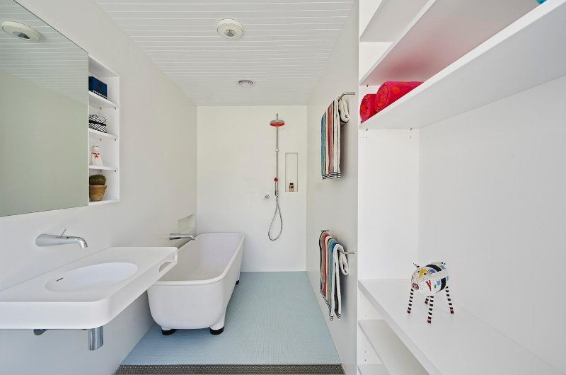 Seamless Corian Bathroom Walls