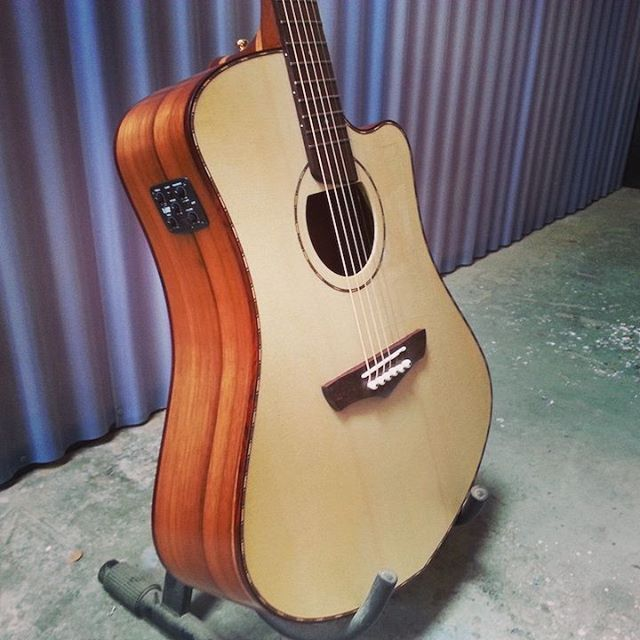 Steel string cutaway with Spruce top and Higuerilla back and sides.  #customguitarnewzealand #steelstringacoustic #acousticguitarwellington #cutaway #spruce #naturalwoodbinding