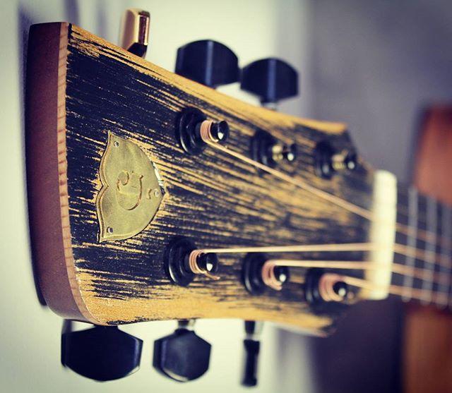 #distressedwood #gotohtuners #gotoh #steelstringacoustic #customacoustic #customguitarnewzealand #acousticguitarwellington