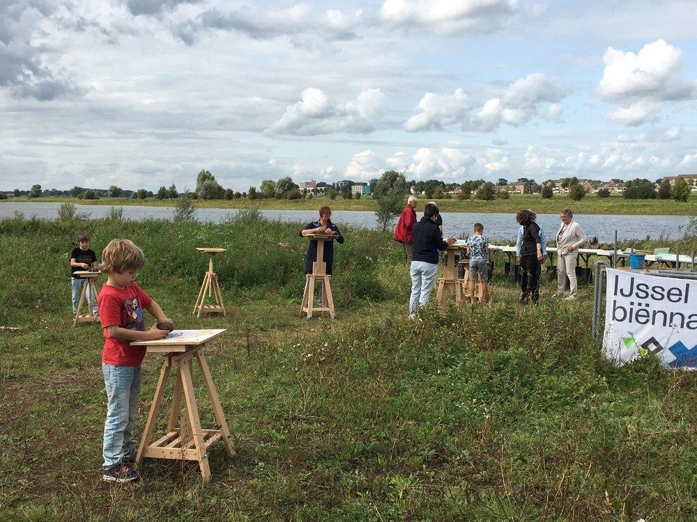 Boetseren in de natuur. In augustus en september ieder weekend in de Uiterwaard de Ossenwaard aan de IJssel.