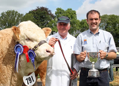 Ian Cummins presents the Irwin Feeds Cup for the best junior Simmental bull to David Hazelton, Dungannon