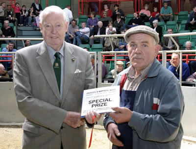 David Argo (left) presents the prize for the top average of three Simmental sired heifers with calves at foot, excluding champion, to Walter Seivwright of Raich, Forgue, Huntly. The average was £1,526.66 for three heifers with male calves (£1,600, £1,600 and £1,380).