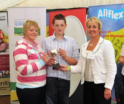 Fiona Sloan Breed Development Manager Presents Rhys & Angharad Francis with the Bert Borlase trophy For Winning the Junior Individual Under 21