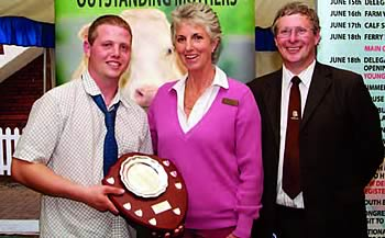 Ashley McInnes recieving the Young Stockperson of the year award at the Royal Show from Judge Penny Lally and sponsor of the Forsdale Trophy, Chris Martindale.