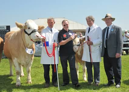 Lewis Willoughby Sponsor Genus with Judge Joe Wilson, Exhibiter David Sapsed and Dirnanean Sarah & Calf