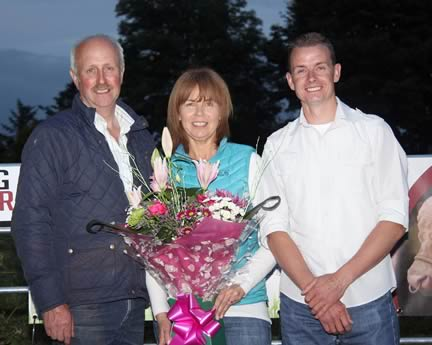NI Club chairman Nigel Glasgow, and wife Phyllis, hosted the c annual stockjudging competition. They received a token of appreciation from vice-chairman Richard Rodgers.