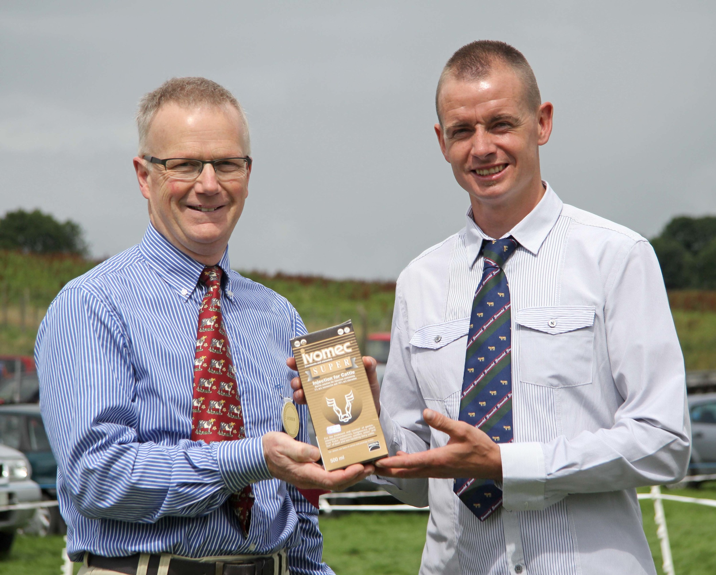 NI Simmental Cattle Breeders' Club chairman Richard Rodgers is pictured with Philip Clarke, Merial Animal Health, sponsor of the Ivomec Super Simmental Pair of the Year competition.