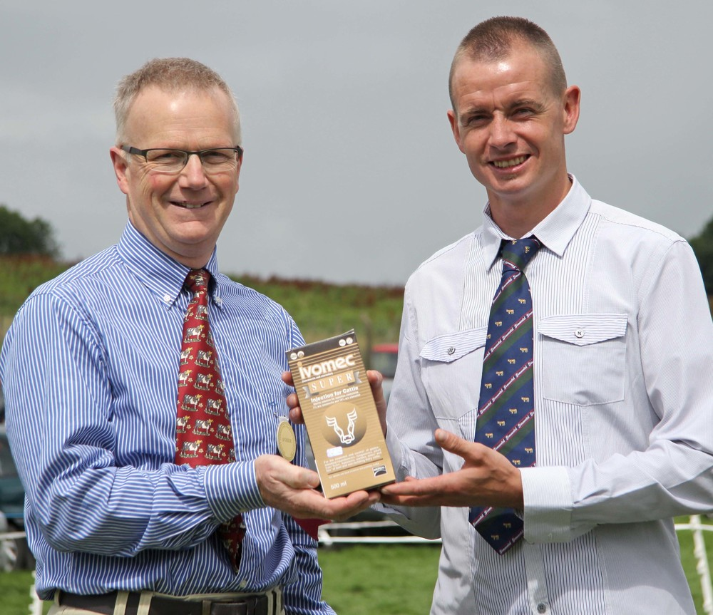 NI Simmental Cattle Breeders' Club chairman Richard Rodgers, right, is pictured with Philip Clarke, Merial Animal Health, sponsor of the Ivomec Super Simmental Pair of the Year competition.