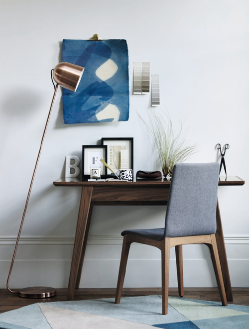 The tapered legs and overhanging top make the desk incredibly functional, allowing maximum work space