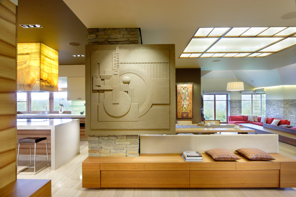 DOM KALWARIA    Tchnienie natury to podstawa aranżacji domu zainspirowanego architekturą organiczną F.L. Wrighta.   Galeria