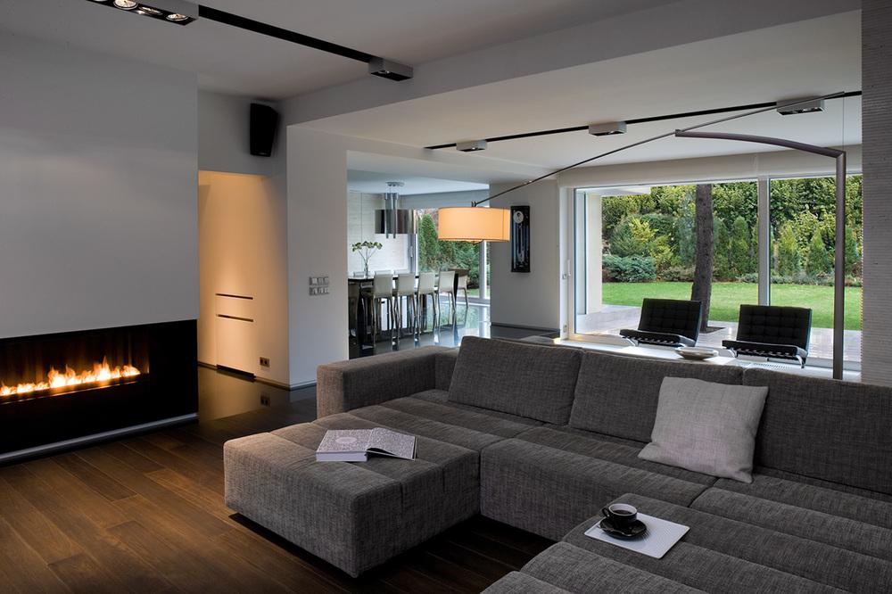 DOM SADYBA    Przestrzeń pełna smaku i luksusu - minimalistyczny, męski charakter oddany w dużych, jasnych przestrzeniach, czerni i bieli, z akcentami żywiołu światła i ognia.   Galeria