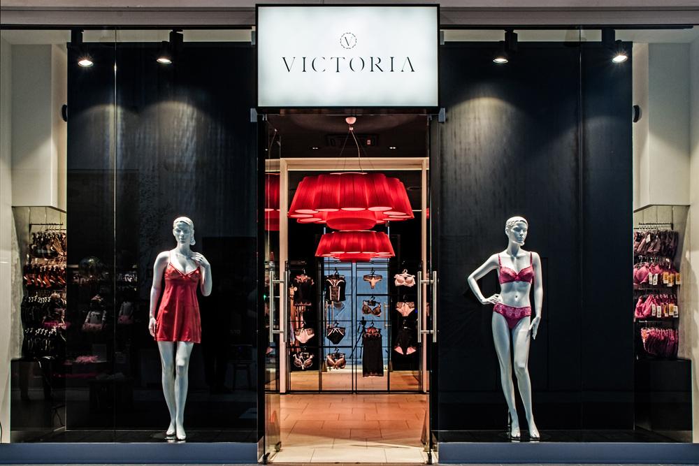 BUTIK VICTORIA    Ekskluzywna, pełna luksusu przestrzeń, wykreowana na bazie połyskliwej czerni i wielkoformatowych luster, rozświetlona przytulną czerwienią designerskiej lampy.   Galeria