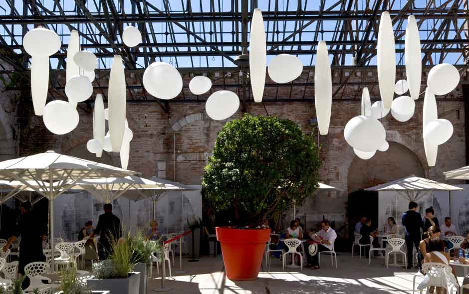 1/3 The outdoor areas of the Giardini are transformed in the hands of the architects and Foscarini.