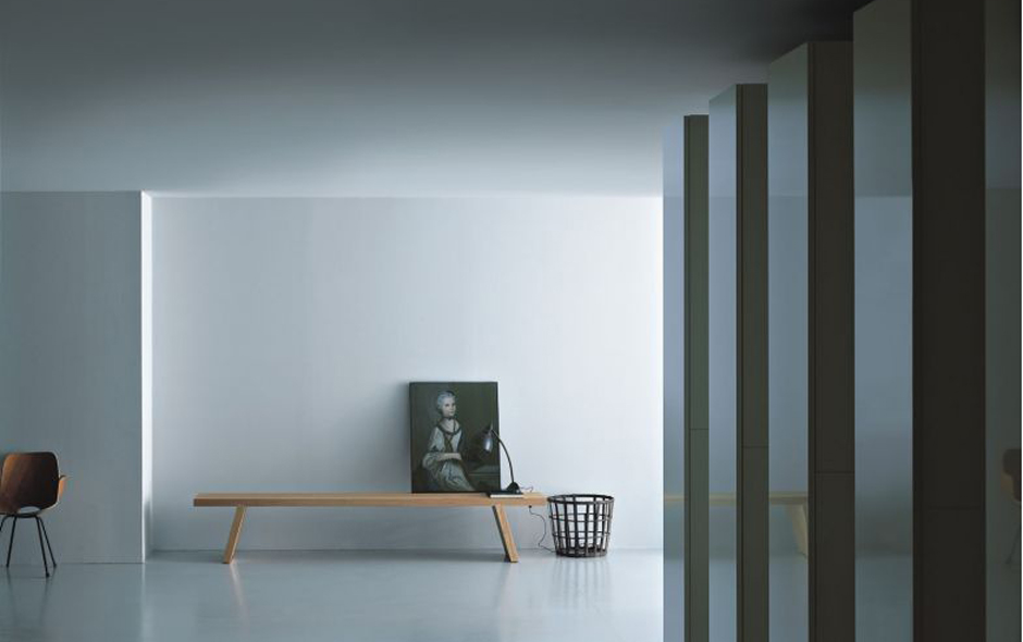 The Groove bench by Porro in solid wood stands out for its simplicity, balance and symmetry