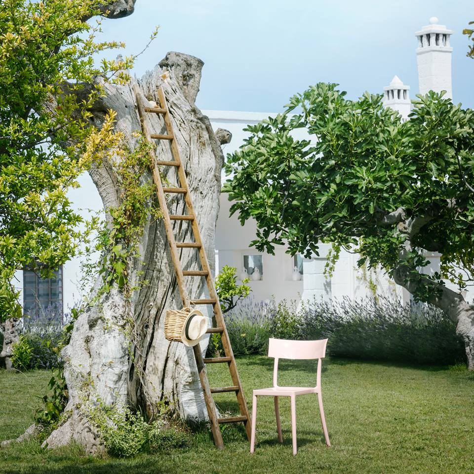The restored 19th century farmhouse in the Puglia countryside at Polignano a Mare is surrounded by citrus trees and an orchard. Photography © Kartell.