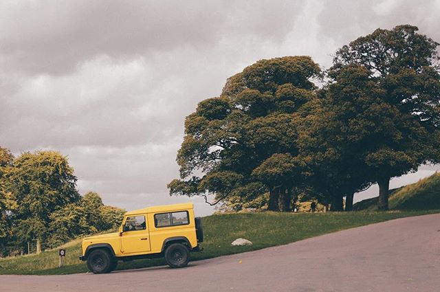 #acountrifiedwedding #defender #yellow . . . . . . #trees #car #defenderlove #weddingphotography #outdoor #neverstopexploring