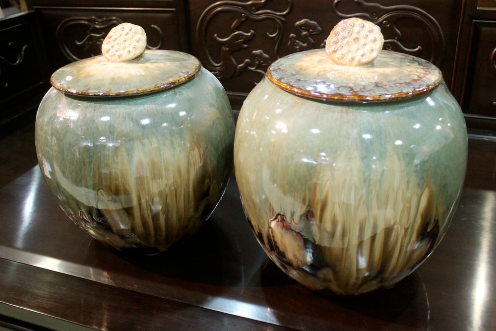 "Porcelain jars with ""lotus"" lid."