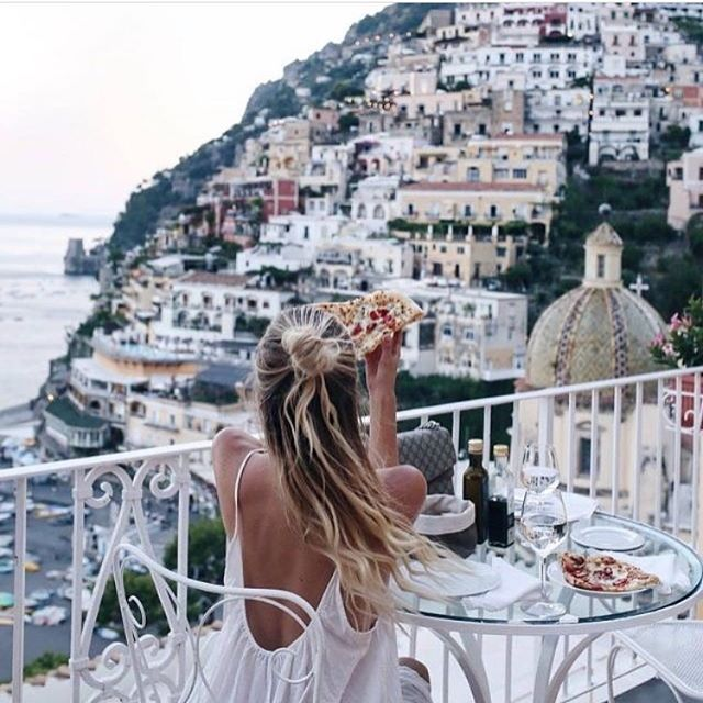 This view 🙌🏼 but also, pizza 🍕. #wanderlust #travel #adventure #pizza #food #instafood #travelling #melbourne #australia #europe #blonde #holiday #vacation #almostfamaus #lifewithlemons #luggage #flight