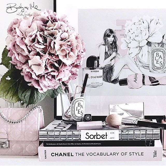 Serious desk crush @birdyandme 💕🙌🏼. #chanel #desk #work #interiordesign #flowers #books #literature #drawing #art #fashion #style #makeup #purse