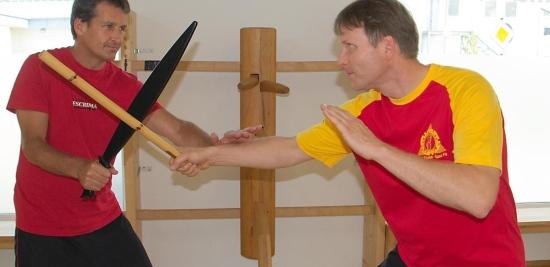 Stephan Bollen (links) pariert mir einer Übungsmachete gekonnt den Stockschlag von Klaus Ahlborn.© Foto: privat