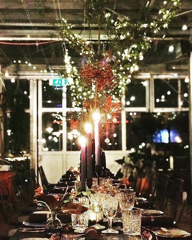 Fun to be in the organizing team for end of the year dinner for @ngagemedianederland ! Styling in blue, gold and green at the beautiful hotspot in Amsterdam @hoogtij_amsterdam #dinnerplanner #dinnerstyling #cichistylingandceramics