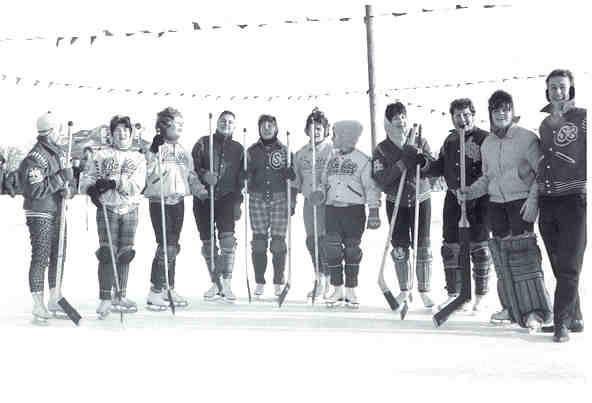 Female_hockey_players_of_Université_de_Saint-Boniface.jpg