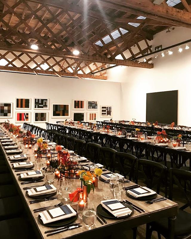 When you have dinners in art galleries, you up your table design game. . . . . 📷: @marcellaprieto  #bitenyc #catering #dinner #design #florals #foodstagram #foodgram #lighting #nyceats #lisson #gallery #artgallery #nycart @lisson_gallery