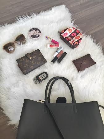 Cubicle Chic || What's in my work bag?