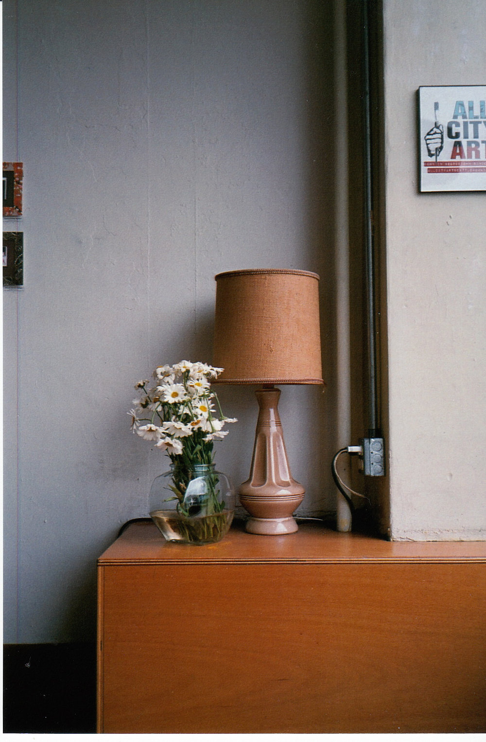 ©  LONNIE WEBB    Beautiful lamp and flowers at the local coffee shop.