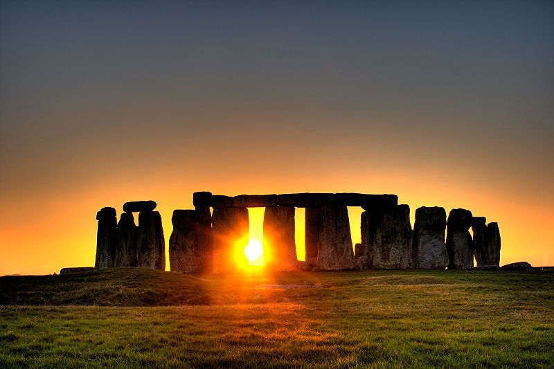 800px-Stonehenge_sun-photo-copyright-flickr-user-Simon-Wakefield-2008.jpg