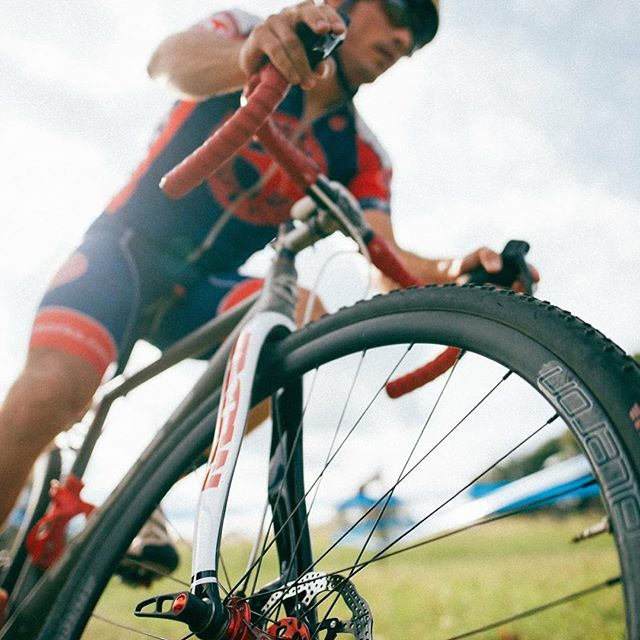 Velocity's Aileron wheels in action on a Custom ACW CX single speed. Sweet wheels and expertly build by TheWheelDepartment! @aussiecycleworks @velocityusa @thewheeldepartment