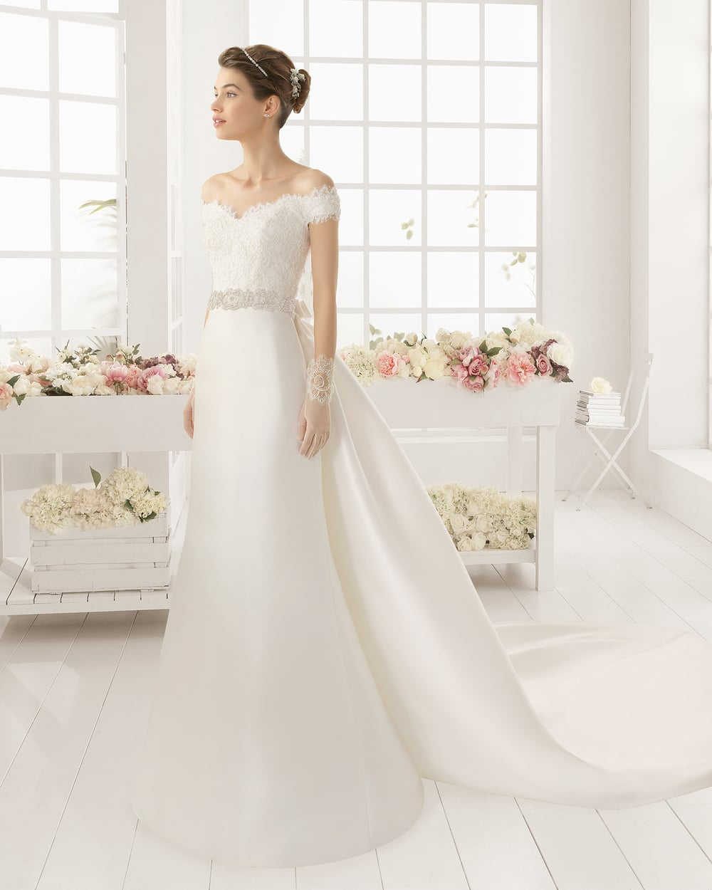 The Argelia gown from Aire Barcelona has a definite look of Elsa about it.