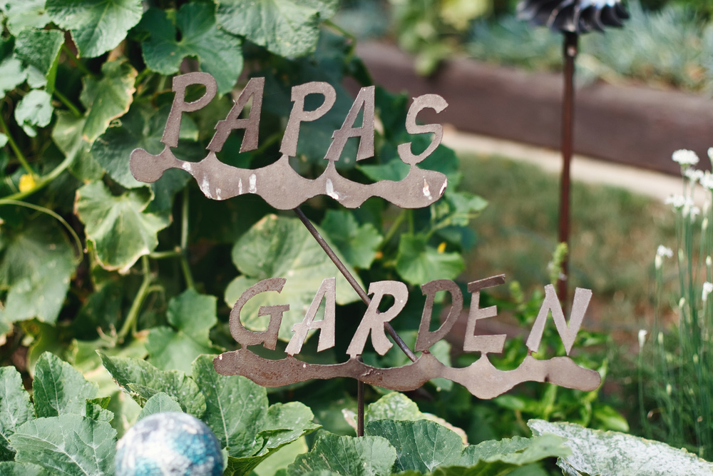 Ellingsen Photography Walk Through the Garden-Papas Sign
