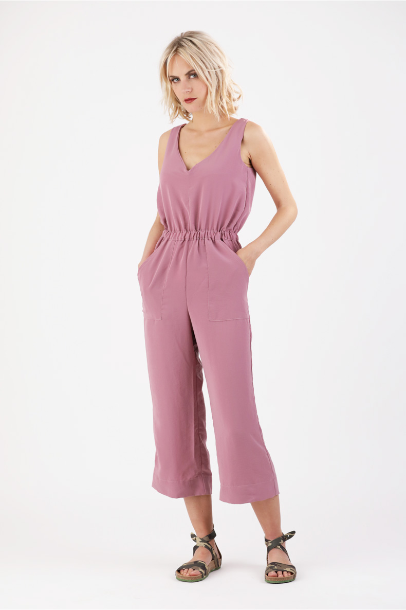 CARLA JUMPSUIT - SCNITTCHEN This loose jumpsuit includes wide cropped legs, a V-neck on the front and back and an elasticated waist casing. It's perfect for going in to autumn!