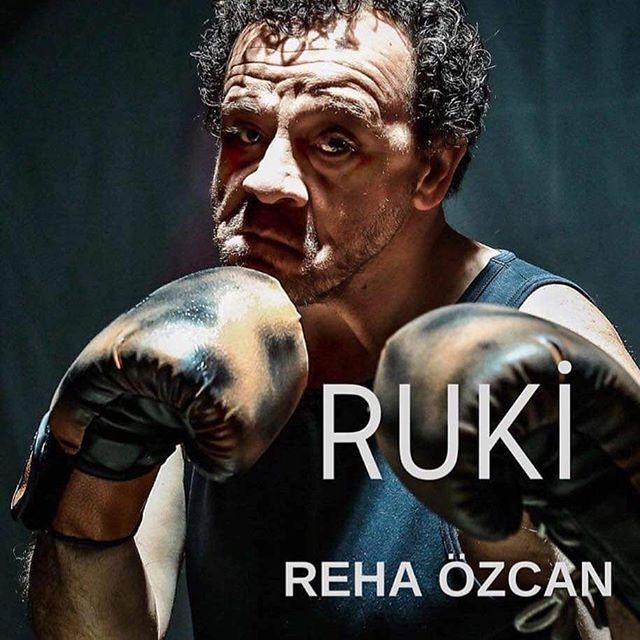 """Reha Özcan rejisi ve yorumuyla yaşanmış,yaşanan, yaşanacak bir hikaye """"RUKİ"""" 21. Mart İzmir Sanat Evi'nde sahneleniyor. @rehaozcan571965 @ustalarinsahnesi @aysegulhardern @sibelsurel @_serkan.alkan_ #izmir #türkiye #izmirbüyükşehirbelediyesi #izmirsanat #art #actor #theatre #tiyatro #etkinlik #ruki #boks #boxer #bestphoto #"""