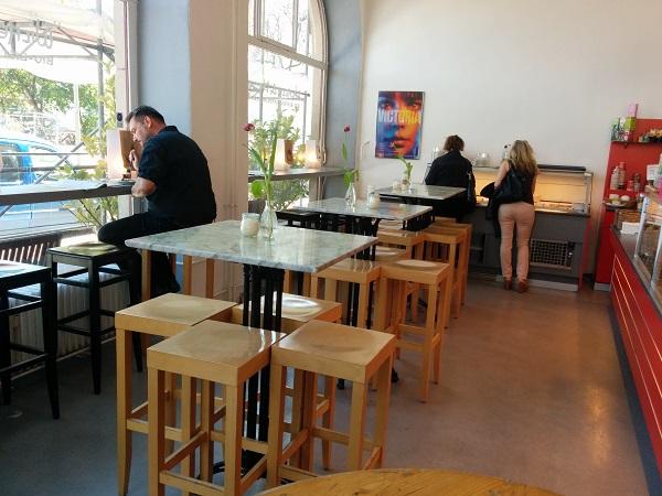 Kafe i dag med VICTORIA på veggen