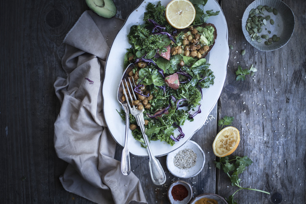 Pressed Kale and Turmeric Chickpeas salad with Tamari Seeds_salvialimone.com