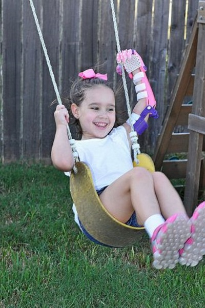 texas-public-library-successfully-3d-prints-prosthetic-hand-five-year-old-girl-4.jpg