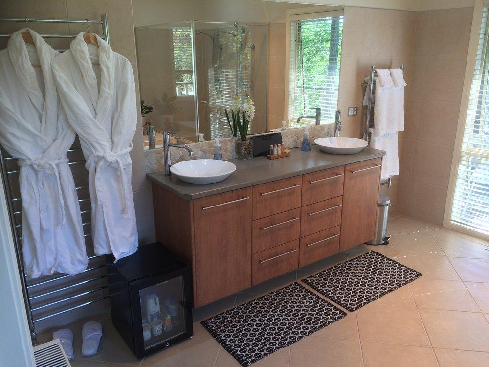 Emerald Ridge Guest Room Bathroom
