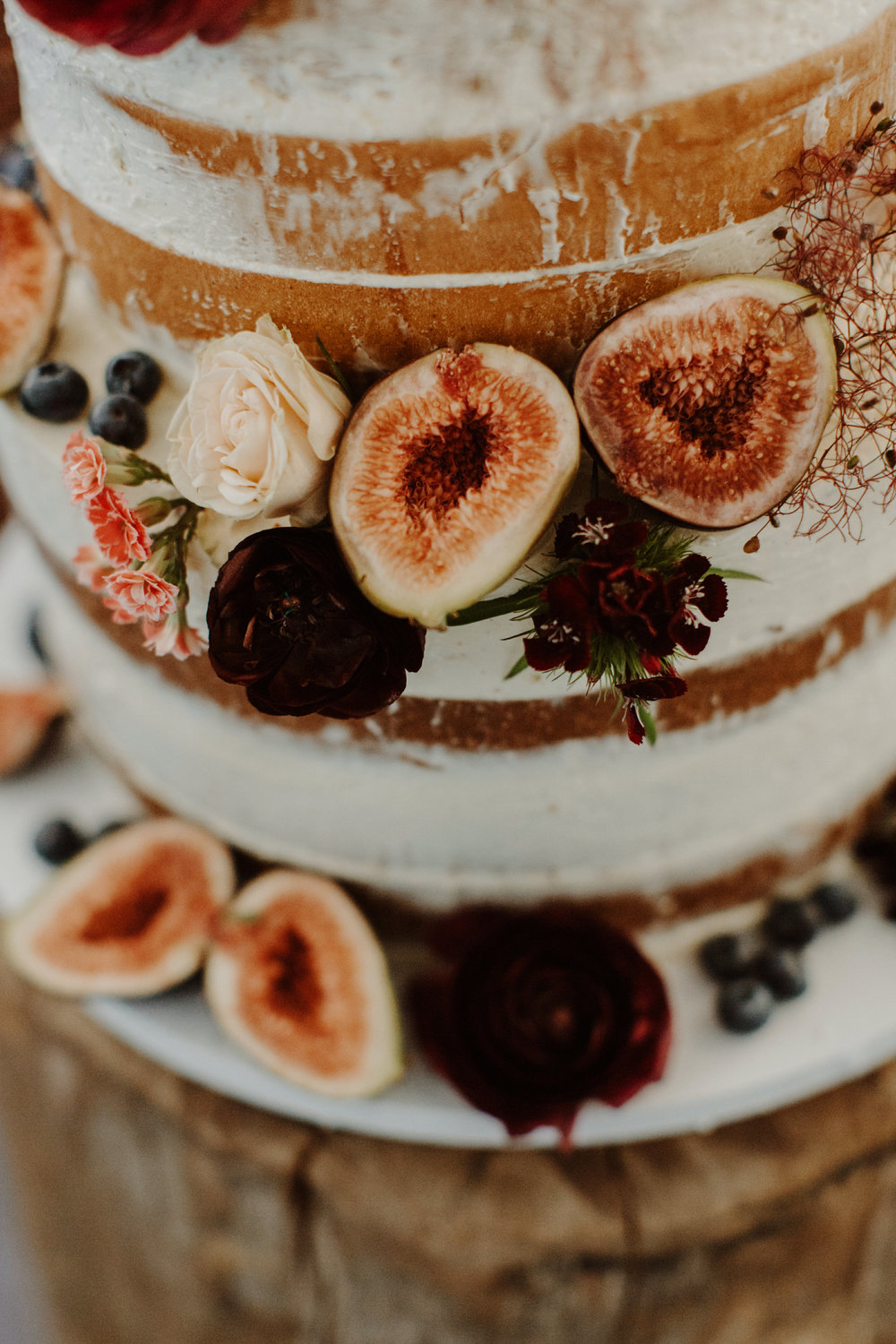 Semi naked caked with figs and burgundy florals