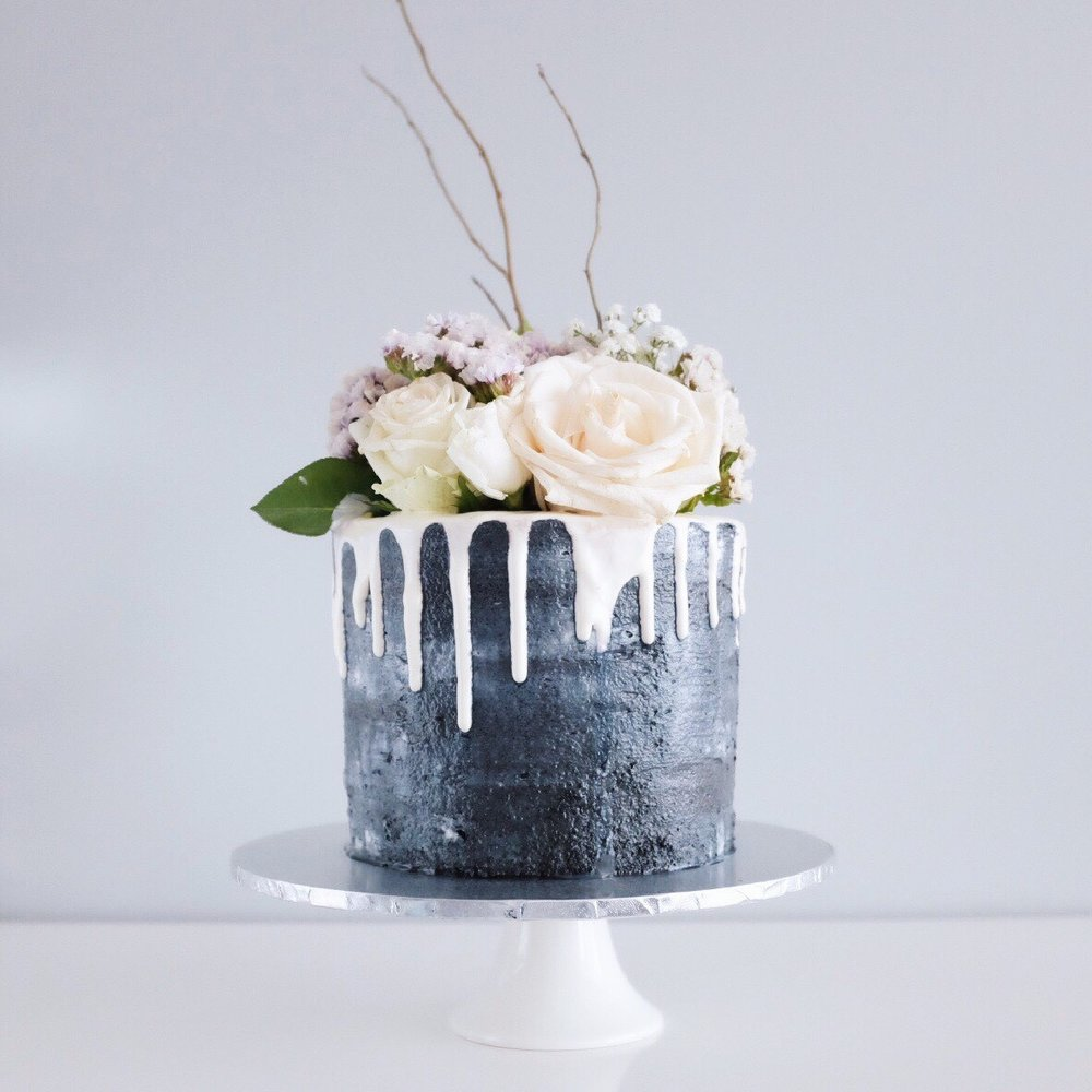 A cute little monochrome cake for understated romance