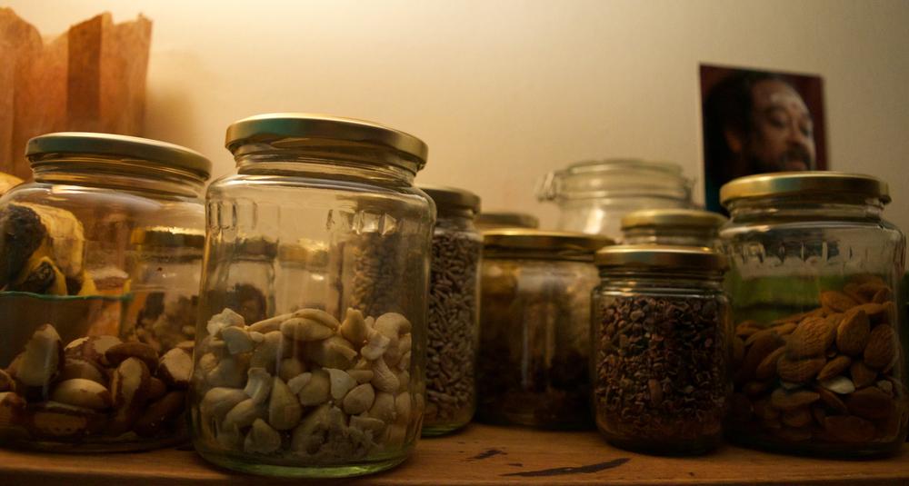 Jag har alltid mina nötter nära till hands ;)på en hylla ovanför diskbänken!