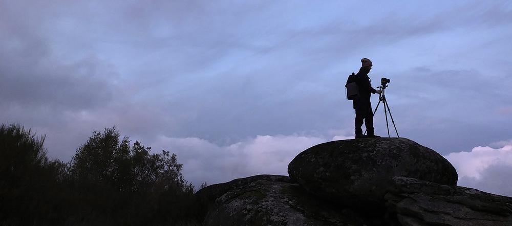 A beleza da criatividade: um dos participantes faz uma fotografia sobre a mesma rocha que serviu de primeiro plano à imagem de outro fotógrafo. Esta última pode ser vista nas primeiras páginas dolink  Outono em Montesinho , indicado abaixo.