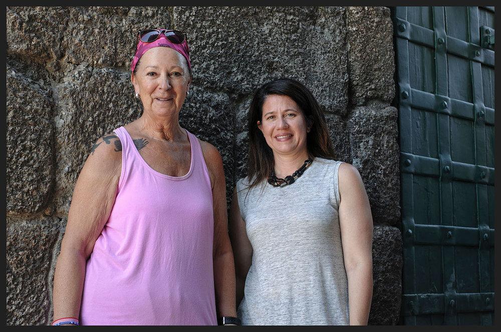 """Diane Diyons e Lena Davis,turistas de Seattle de visita ao """"renovado""""Castelo de Guimarães."""