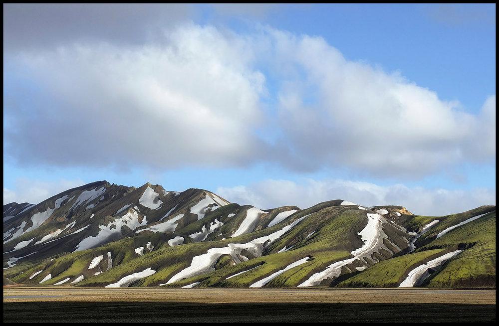 Landmannalaugar, Islândia.    Na minha quarta deslocação ao país, desta vez a viajar em família, resolvi levar apenas uma Fujifilm X10. Com um zoom 28-112mm (equiv. em 35mm) f2.8, esta pequena câmara revelou-se muito versátil. Quando estamos a acampar, a percorrer a paisagem a pé e queremos partilhar todas as vivências com o resto da família, a simplicidade e a leveza do equipamento fotográfico são cruciais para uma experiência em pleno. E se aparecerem oportunidades para grandes teleobjetivas? Bem, como não as trouxe, não vale a pena pensar no assunto… olha-se para todas as outras possibilidades!
