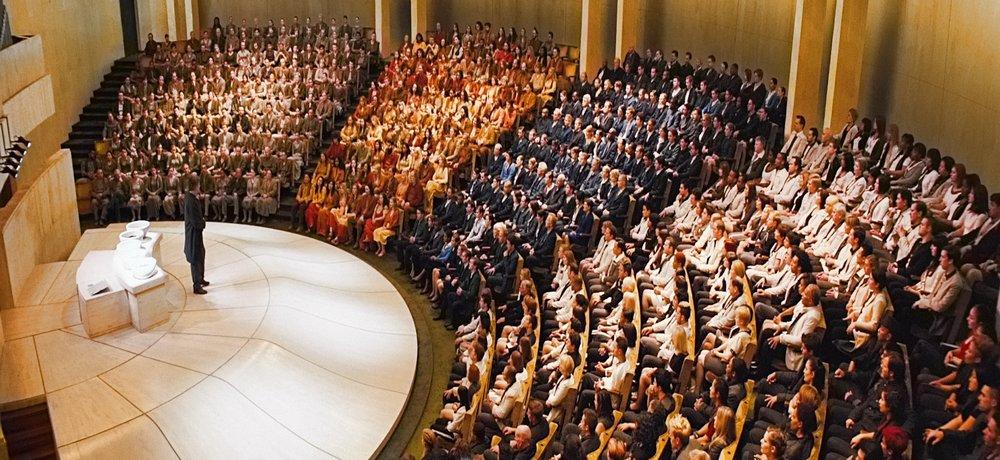 Divergent film - Choosing Ceremony ( https://loganbushey.files.wordpress.com/2014/04/divergent-movie-choosing-ceremony-e1405055553716.jpg )