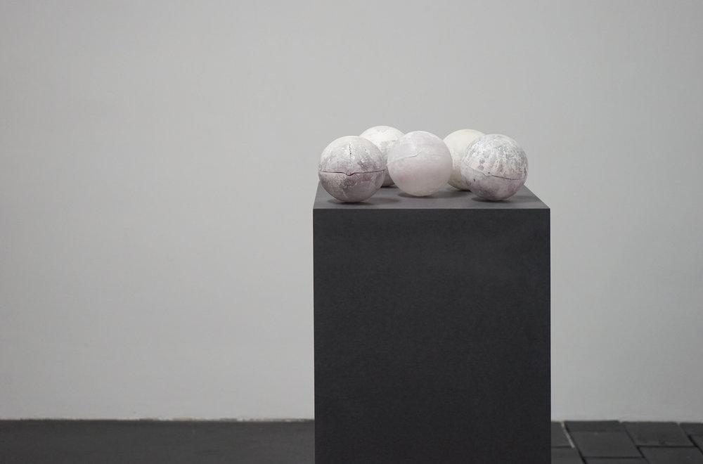 Eri Hayashi - geboren 1990 in Tottori, Japan. Eri Hayashi lebt und arbeitet in Halle an der Saale. 2008-2012: BA Malerei, Kyoto Seika Universität, Japan, seit 2013: Burg Giebichenstein Kunsthochschule Halle.