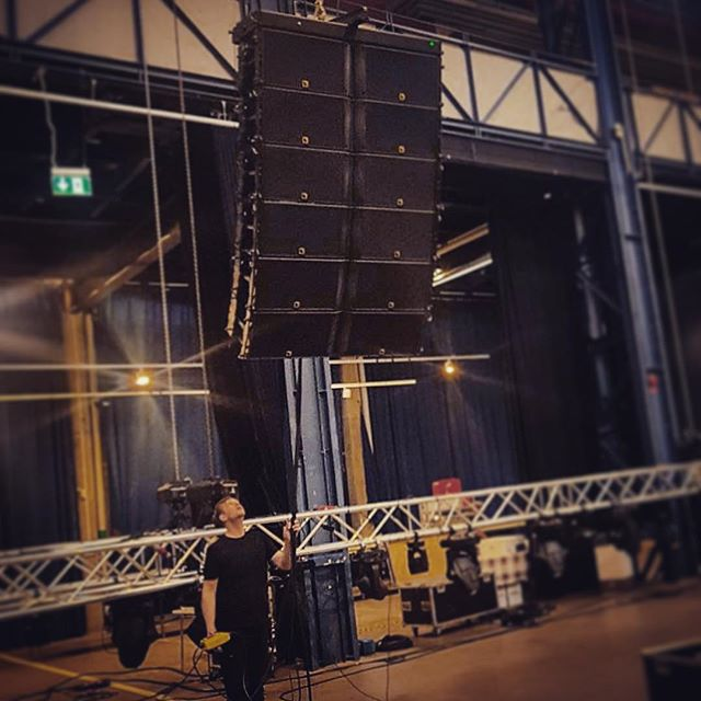 Banksy did it better, but K2 arrays is audio art at its finest. ❤️🔊 . . . . . . ___________________________ #lacousticsk2 #linearray #eventproduction #stageproduction #gothenburg #audioart #banksy #BoyMeetsSpeakers #volvo #eriksbergshallen #prep #hellproduktion #tomorrow