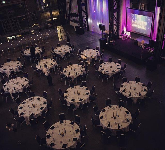 Lugnet före stormen! Nu levererar vi personalfest för @stenungsbaden i fantastiska #Eriksbergshallen ✨⭐️✨ . . . . . __________________________ #leverans #sistajobbet2018 #awards #personalfest #stenungsbaden #stageproduction #konferencier #underhållning #teknik #vilöserallt
